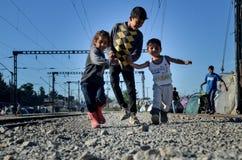 Idomeni, Grecja, Kwiecień 15, 2016 dziewczyna wśrodku obóz uchodźców Idomeni blisko macedońskiej granicy, Europejski Wędrowny kry fotografia stock