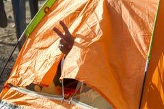 Idomeni, Griechenland - 19. August 2015: Hunderte von den Immigranten sind i Stockbild