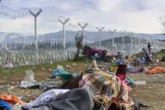 Idomeni, Griechenland - 19. August 2015: Hunderte von den Immigranten sind i Stockfotografie
