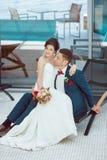 Idoors de jeunes mariés à la piscine Image libre de droits