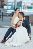 Idoors de jeunes mariés à la piscine Photos libres de droits