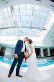 Idoors de jeunes mariés à la piscine Photographie stock libre de droits