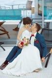Idoors de jeunes mariés à la piscine Images libres de droits