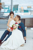 Idoors de jeunes mariés à la piscine Image stock