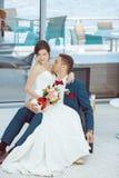 Idoors de novia y del novio en la piscina Imagen de archivo