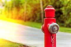 Idrante antincendio rosso lungo la fine della strada su fotografia stock libera da diritti