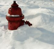 Idrante antincendio sepolto in neve caduta fresca Fotografie Stock