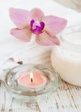 Idratazione crema con le orchidee rosa fotografie stock