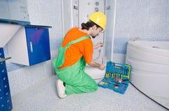 Idraulico che lavora nella stanza da bagno Fotografie Stock