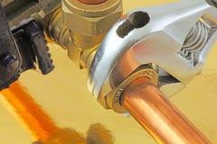 Idraulico che stringe canalizzazione Fotografie Stock Libere da Diritti