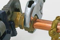 Idraulico che stringe canalizzazione Fotografia Stock