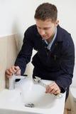 Idraulico maschio Working On Sink che per mezzo della chiave immagine stock libera da diritti