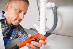 Idraulico Repairing Sink Pipe Fotografie Stock Libere da Diritti