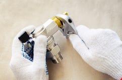 Idraulico sul lavoro con scandagliare degli strumenti Fotografie Stock Libere da Diritti