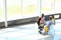Idérikt affärsfolk som möter i cirkel Royaltyfri Fotografi