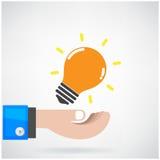 Idérikt idébegrepp för ljus kula med affärsmanhanden på backgr Royaltyfri Fotografi