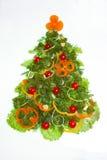Idérikt julträd som göras av isolerade grönsaker på vit Royaltyfri Foto