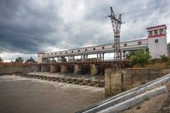 Idro stazione elettrica sul fiume, diga della centrale elettrica di energia idroelettrica Fotografia Stock Libera da Diritti