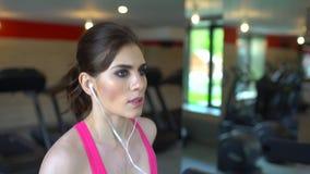 Idrotts- attraktiv caucasian ung kvinna som gör cardio övning i idrottshall Konditionflickan, sportwoman i rosa färger överträffa stock video