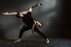 Idrotts- balettdansörer som visar deras konstidéer i studion Arkivbilder