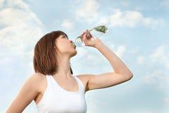 idrotts- dricka mineralvattenkvinnabarn Arkivfoton
