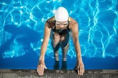 Idrotts- flicka i badpölen Arkivfoto