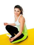 Idrotts- flicka som är förlovad i yoga Arkivfoto