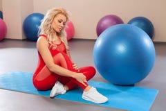 Idrotts- flicka som gör övning i konditionrummet Sportkvinna i sportsweargenomkörare Arkivbild