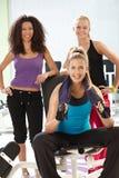 Idrotts- flickor på idrottshallen Royaltyfri Bild