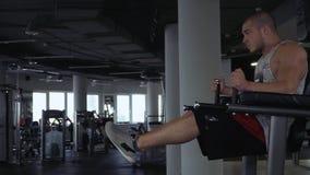 Idrotts- grabb som gör övningar i idrottshallen stock video