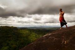 Idrotts- grabbanseende på en vagga på en bakgrund av en stormig himmel Sri Lanka Mulkirigala Raja Maha Viharaya ovanför sikt Arkivfoton