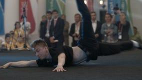 Idrotts- Guy Shows Unbelievable Höft-flygtur trick på etapp arkivfilmer