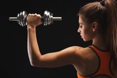 idrotts- hantelkvinna royaltyfri bild