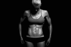 Idrotts- konditionflicka idrottshallbegrepp muskulös kvinna arkivbild