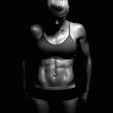 Idrotts- konditionflicka idrottshallbegrepp muskulös kvinna arkivfoto