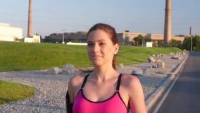 Idrotts- konditionkvinnaspring i gatan långsam rörelse lager videofilmer
