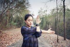 Idrotts- kvinna asia uppvärmning och ung exercisi för kvinnlig idrottsman nen royaltyfri bild