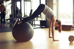 Idrotts- kvinna som övar i idrottshall Royaltyfria Bilder