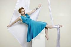 Idrotts- kvinna som gör några trick på silke Arkivfoto