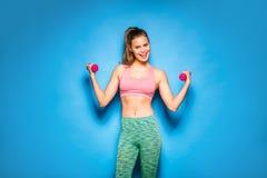 Idrotts- kvinna som gör sporten, lyftande vikter Fotografering för Bildbyråer