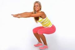 Idrotts- kvinna som gör yoga Arkivfoton