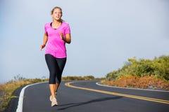 Idrotts- kvinnaspring som utanför joggar arkivfoton