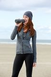 Idrotts- kvinnligt dricksvatten från flaskan utomhus Royaltyfria Foton
