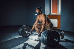 Idrotts- man för afrikansk amerikan som väntar och förbereder sig, innan att lyfta den tunga skivstången kondition sport, utbildn Royaltyfri Foto