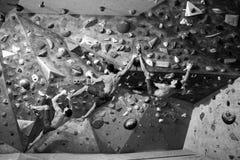Idrotts- man på en klättringvägg, inomhus sportar Genomkörareexercis royaltyfri bild