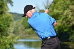 Idrotts- man som övar med den Golf Club golfspelet arkivbilder