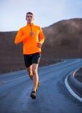 Idrotts- manspring som utanför joggar Arkivbilder