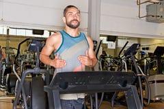 idrotts- mantreadmill royaltyfri foto