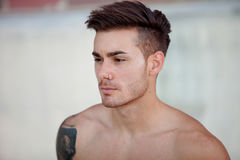 Idrotts- shirtless ung man för stilig passform arkivfoton