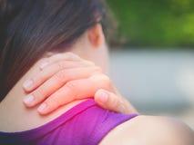 Idrotts- ung kvinna för Closeup som trycker på hennes hals vid smärtsam skada arkivfoton
